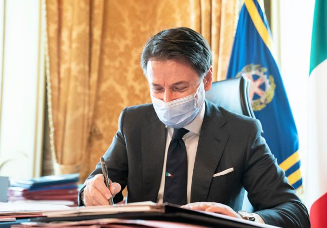 Il Presidente del Consiglio Giuseppe Conte mentre firma il Dpcm del 24 ottobre (foto www.governo.it).
