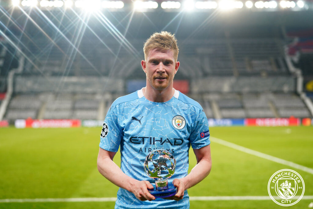 Kevin De Bruyne premiato in campo (Foto pagina Facebook ufficiale Manchester City Fc)
